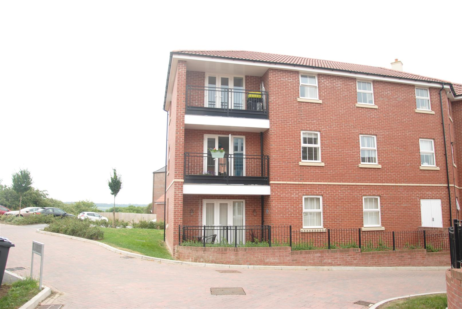 2 Bedrooms Flat for sale in Cloatley Crescent, Royal Wootton Bassett, Swindon